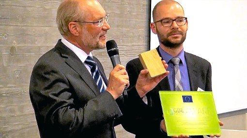 Wolfgang Schmalz (links) nahm den GBE Factory- Award von Ronny Seifert,  Leiter der italienischen Handelskammer in Deutschland, entgegen.     Foto: J. Schmalz GmbH Foto: Schwarzwälder-Bote