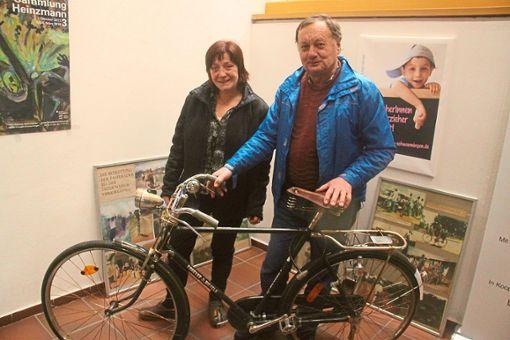 Hartmut Bauer und Anne Mäckelburg vor einem Stahlrad aus China, das auch nach Burundi geht.  Fotos: Schimkat Foto: Schwarzwälder Bote