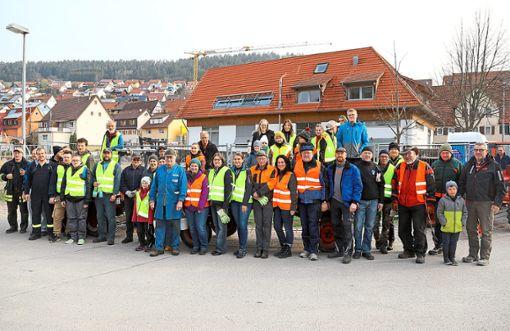 An der Aktion Saubere Landschaft in Oberschwandorf beteiligten sich zahlreiche Helfer.  Foto: Priestersbach Foto: Schwarzwälder Bote