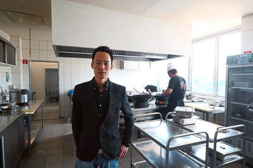 Zhigno Yang vom Gourmet-Tempel steht in der Küche des Restaurants.   Foto: Eich