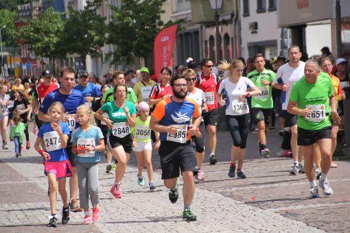 Teilnehmerrekord beim Stadtlauf: Rund 2800 Läufer rennen bei der zwölften Ausgabe der Veranstaltung durch die Villinger Innenstadt.  Fotos: Heinig Foto: Heinig