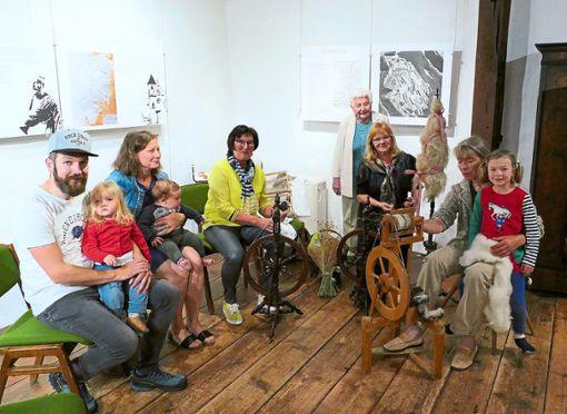 Ulrike Kollmar (rechts) und Ruth Schwalbert am Spinnrad standen  beim Aktionstag im Museum im Alten Schloss im Mittelpunkt des Interesses.  Foto: Stadler Foto: Schwarzwälder Bote