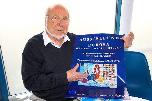DFG-Präsident Franz E. Mayer mit dem Plakat zur Ausstellung, das die EU als Puzzle zeigt. Dieses wird an Schüler, die die Ausstellung besuchen werden, ausgeteilt.    Foto: Vollmer