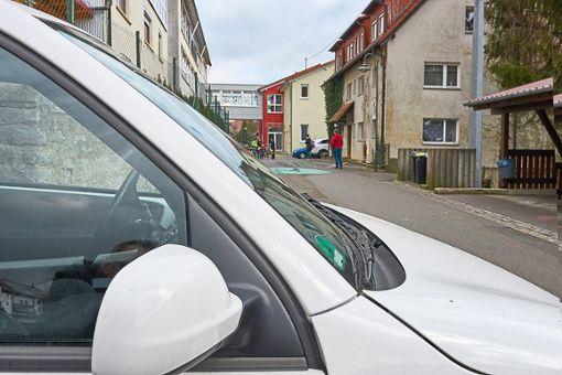 Ähnlich wie in dieser nachgestellten Szene spielte sich der Vorgang ab: Ein weißer Kleinwagen hielt unweit des Eingangs der Steinachtalschule in Talheim. Ein Unbekannter lockte Schulkinder an und gab ihnen ein Kuscheltier, das jetzt polizeilich untersucht wird.   Foto: Lück Foto: Schwarzwälder Bote