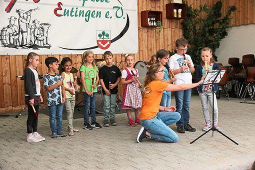 Die jüngsten Musiker der Musikkapelle Eutingen, die Blockflötenkinder unter der Leitung von Corinna (vorne links) und Moritz Müller (nicht auf dem Foto), zeigten am Vorspielnachmittag, was sie können.  Foto: Feinler Foto: Schwarzwälder Bote