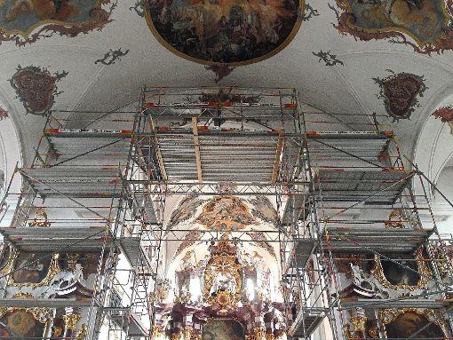 Der Stuck am Chorbogen der Predigerkirche in Rottweil  wurde in aufwendiger Detailarbeit restauriert. Foto: Benz