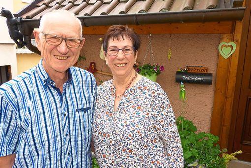 60 Jahre sind Fritz und Lore Severloh verheiratet. Das Foto entstand vor ihrem Haus im Straubenberg.  Foto: Bechtle Foto: Schwarzwälder Bote