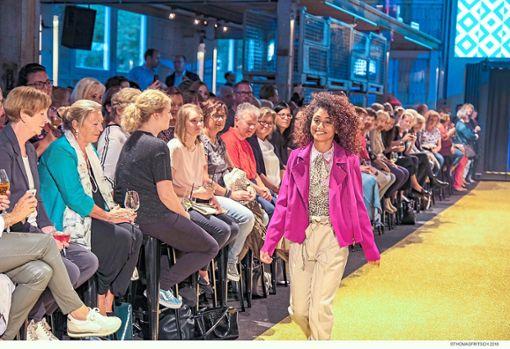 Der goldene Teppich ist gesäumt von Modeschaubesuchern.  Foto: Fritsch