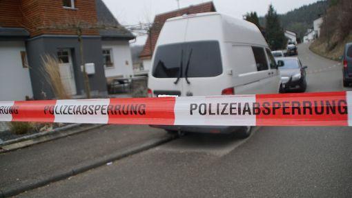 Familiendrama in strongOberndorf-Aistaig/strong: Ein 52-jähriger Familienvater wurde am Sonntag tot in einem Einfamilienhaus, gefunden. Die 49-jährige Mutter und der 13-Jährige Sohn wurden laut Polizei stark blutend ins Krankenhaus gebracht. Der Jugendliche schwebte auch am Wochenende nach mehreren Tagen noch in Lebensgefahr. a href=http://www.schwarzwaelder-bote.de/inhalt.oberndorf-horb-familiendrama-in-aistaig-junge-weiter-in-lebensgefahr.9ca618a1-4121-41f4-8ab5-5ff7e053a139.htmltarget=_blankstrongZum Artikel/strong/abr Foto: SDMG/ Dettenmeyer