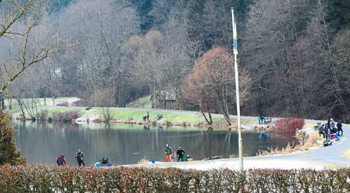 Das Bild vom letzten Wochenende des Jahres 2018 zeigt es: Die Angelseen des Forellenparks Kleinenztal der Familie Vollmer sind auch im Winter offensichtlich ein gerne angesteuertes Ziel. Foto: Schabert