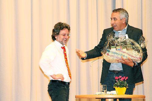 Mit einem Geschenkkorb bedankte sich am Ende Holger Klein (rechts), Vorsitzender des Betreuungsvereins Lebenshilfe, bei dem Humortherapeuten Michael Falkenbach.   Foto: Wolf Foto: Schwarzwälder-Bote