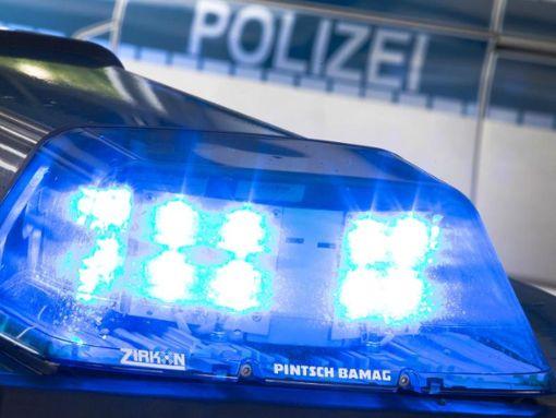 Die Polizei rückte mit zwei Streifen an. (Symbolfoto) Foto: Friso Gentsch/Archiv/dpa