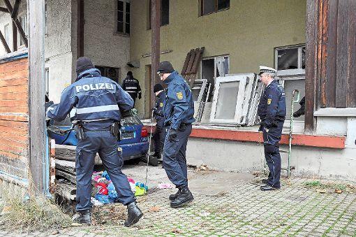 Nach dem Mordanschlag in Hechingen untersuchte auch ein Spurensicherungsteam der Kriminalpolizei genauestens die gesamte Umgebung des Tatorts. Foto: Dick