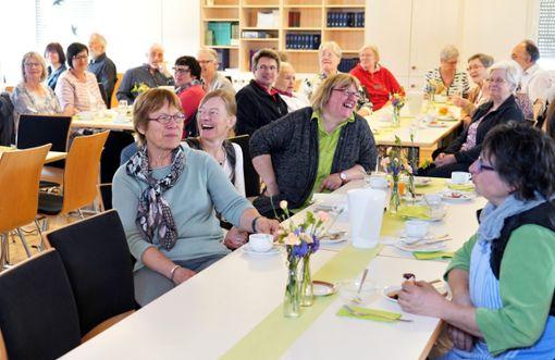 Geschichten zu fairen Aktionen können auch recht lustig sein. Die Stimmung beim fairen Frühstück am Samstagvormittag war trotz geringer Beteiligung gut.   Foto: Morlok Foto: Schwarzwälder Bote