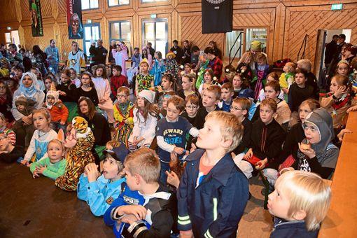 Die kleinen Gäste haben beim Programm des Kinderballs ihren Spaß und folgen gespannt den Tricks vom Zauberpiraten.  Fotos: Sum Foto: Schwarzwälder Bote