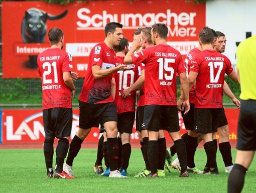 Abklatschen und loslegen: Nach intensiver Vorbereitung und diversen Testspielen wird es für die Fußballer der TSG Balingen nun am Samstag ernst. Gegen den FSV Mainz II steht das erste Regionalligaspiel der Vereinsgeschichte an.   Foto: Kara