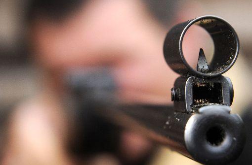 Die Polizei sucht den unbekannten Schützen. (Symbolbild) Foto: dpa