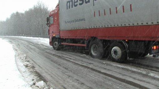 Räumfahrzeuge waren im Einsatz, um die Bundesstraße 317 freizuhalten.  Foto: Kamera24.tv
