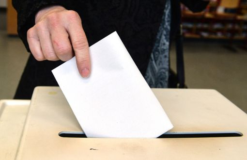Ein Wähler steckt seinen Stimmzettel in die Wahlurne: Am 26. Mai werden neben dem Europaparlament auch der Kreistag, die Gemeinde- und Ortschaftsräte gewählt.  Die Reihenfolge, in der  nach der EU-Wahl ausgezählt wird,  ist nicht einheitlich.   Foto: Kienzle