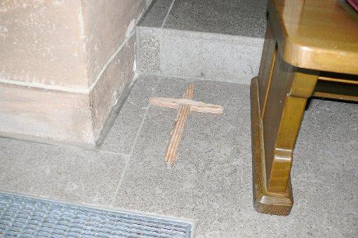 Dieses handgeschnitzte Kreuz könnte der Täter in der Kirche zurückgelassen haben. Foto: Schnurr