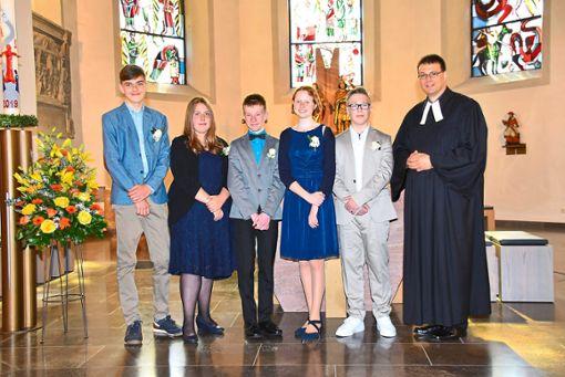 Bas Rikken, Anna Schurr, Finn Gruber, Anne Heger, Kimi Riedel (von links) wurden in Empfingen von Pfarrer Christoph Gruber konfirmiert.   Foto: Baiker