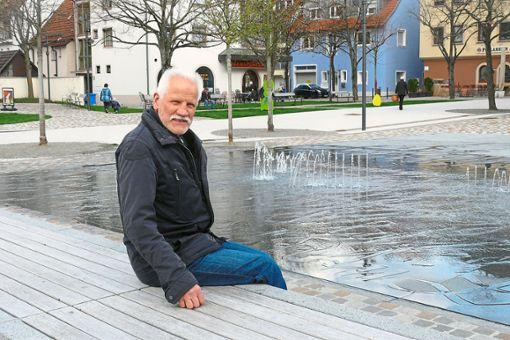 Eduard Köhler sitzt auf der langen Holzbank auf dem umgestalteten  Hinteren Kirchplatz  – eines der vielen Projekte, mit denen er sich voll und ganz identifizieren kann. Der langjährige Tiefbauamtsleiter geht nun in den Ruhestand.     Fotos: Hauser Foto: Schwarzwälder Bote
