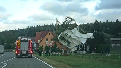 In Albstadt-Tailfingen riss der Sturm ein kleines Festzelt mit sich fort. Foto: Lukas