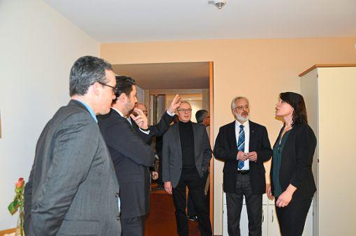 Heimleiterin Katja Rambach (rechts) stand in den neu eingerichteten Räumen Rede und Antwort.   Foto:  Kleinberger