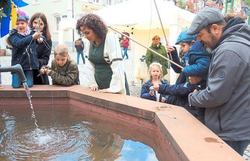 Mit Brunnenfee Sherine angelten die Kinder tolle Preise aus dem Stadtbrunnen. Die jüngsten Mannequins zeigten Mode des Fachgeschäfts Kindersache, das dieses Jahr zehn Jahre alt wird.  Foto: Jehle
