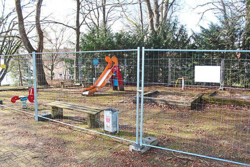 Ein Bauzaun versperrt noch immer den Zugang auf den Spielplatz Hallerhöhe.  Foto: Pohl Foto: Schwarzwälder Bote