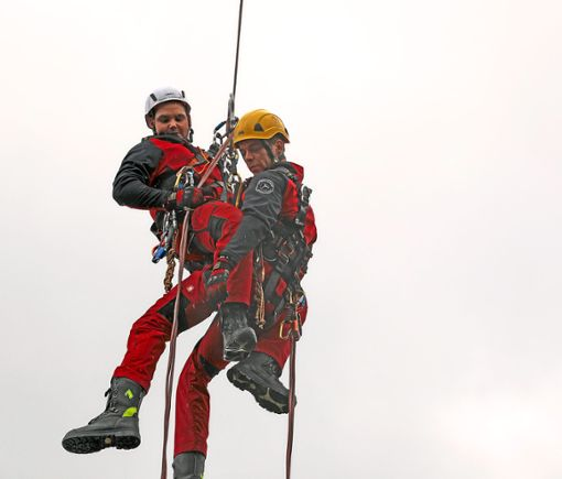 Eine Höhenrettung wurde bei der Jettinger Feuerwehr-Hocketse demonstriert.  Foto: Priestersbach Foto: Schwarzwälder Bote