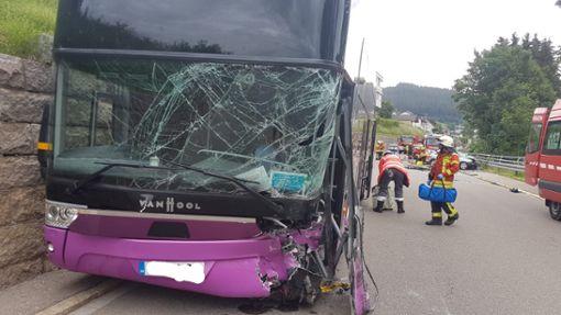 In Vöhrenbach sind bei einem Busunfall am Montagvormittag mindestens 10 Menschen verletzt worden. Ein Audi-Fahrer war aus bisher noch ungeklärten Gründen auf die Gegenfahrbahn gekommen. Foto: Eich