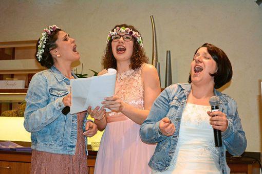 Die Dorfjodler Lisa Krämer, Laura Berger und Elisabeth Schmider brachten das Publikum mit ihren Geschichten über Hochzeitspannen zum Lachen. Foto: Wölfle Foto: Schwarzwälder Bote