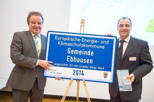 Umweltminister Franz Untersteller überreicht den European Energy Award an Ebhausens Bürgermeister Volker Schuler. Foto: Stollberg