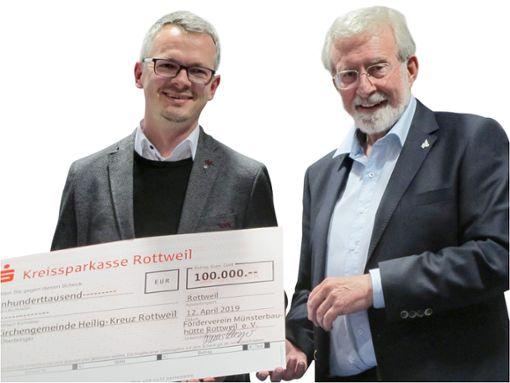 Werner Mezger (rechts) übergibt Münsterpfarrer Timo Weber den Spendenscheck   Foto: Hildebrand Foto: Schwarzwälder Bote
