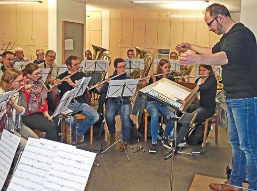 Konzentriert probte die Trachtenkapelle Oberwolfach mit Christian Pöndl (rechts).  Foto: Haas Foto: Schwarzwälder Bote