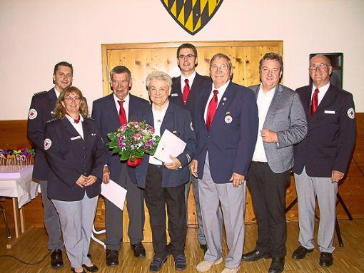 Das DRK Rosenfeld ist 60 Jahre alt und ehrt die Gründungsmitglieder Elvira Sieber (Vierte von links) und Siegfried Letze (Sechster von links).   Foto: May Foto: Schwarzwälder Bote