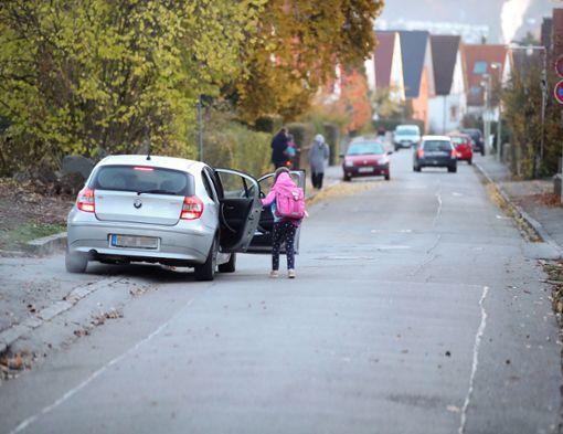 Keine Seltenheit: Immer wieder stellen sich Eltern ins absolute Halteverbot, um ihre Jungs oder Mädchen aussteigen zu lassen. Foto: Eich