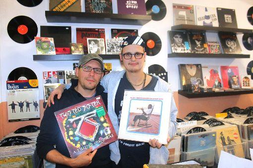 Gunnar Frey (links) und Simeon Disch sind vermutlich die größten Plattenfans in Villingen.   Foto: Müller Foto: Schwarzwälder-Bote