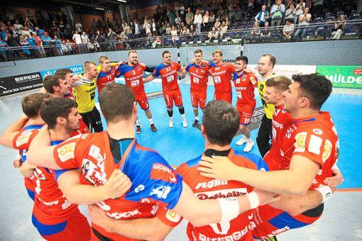 Eine ausgelassene Runde – die Handballer des HBW Balingen-Weilstetten haben ihr großes Ziel erreicht. Foto: Eibner