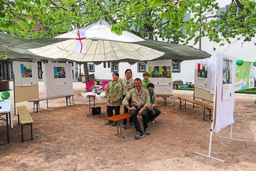 Mit ihrem Infozentrum am Osianderplatz sammeln die jungen Pfadfinder Sankt Georg Unterschriften, damit VS eine Fairtrade-Stadt werden kann.  Foto: Niggemeier Foto: Schwarzwälder Bote