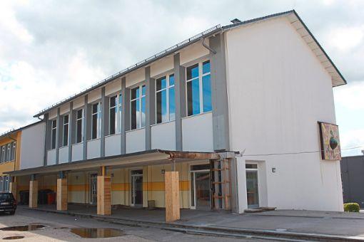 Ferienzeit ist Baustellenzeit: Das Vordach der Robert-Gerwig-Schule wird entfernt  (Bild links), ebenso ist nun die Zufahrt neben der Lorenzkirche zum alten Friedhof geteert (Bild rechts).  Fotos: Stiegler Foto: Schwarzwälder Bote