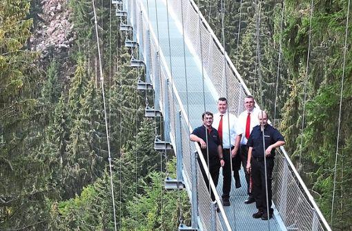 Die neue Hängebrücke auf dem Sommerberg erweitert das Aufgabengebiet der Rettungskräfte, in dem DRK und Feuerwehr zusammenarbeiten.   Foto: Stocker