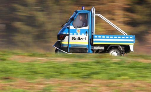 Charly Knorr fährt mit seinem dreirädrigen Rollermobil, einer Piaggio Ape, mit der Aufschrift Bolizei zur Arbeit. Das Rollermobil hat ein ähnliches Design wie ein Streifenwagen der Polizei. Foto: dpa