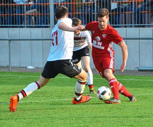 Auch Marco Neumaier (rechts), der   hier gleich zwei Gegenspieler stehen lässt, konnte die Heimniederlage des SC Hofsetten nicht verhindern.  Foto: Bauer Foto: Schwarzwälder Bote