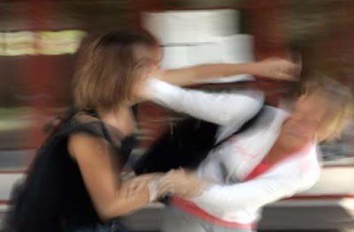 Zwei Mädchen sollen in Freiburg eine 15-Jährige misshandelt haben - angeblich aus Eifersucht. (Symbolfoto) Foto: dpa