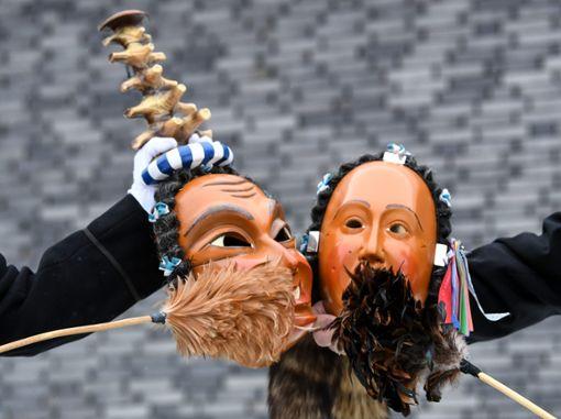 Mitglieder der Narrenzunft Schwenningen stauben die Scheme der Narrenfiguren Hölzlekönig (links) und Schwenninger Hansel ab. Mit dem Abstauben der Schemen am Dreikönigstags beginnt in Baden-Württemberg die Fastnacht. Foto: dpa