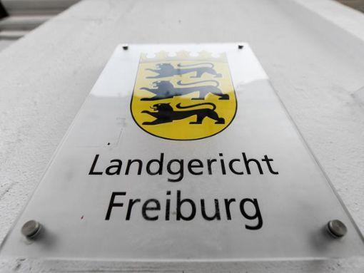 Ein Schild mit der Aufschrift Landgericht Freiburg hängt am Gebäude.  Foto: Patrick Seeger/Archiv