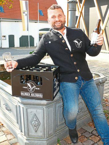 Prosit! Andreas Jetter braut sein eigenes Bier und erinnert mit dem Balinger Adlerbräu an eine alte Tradition.    Foto: Hauser