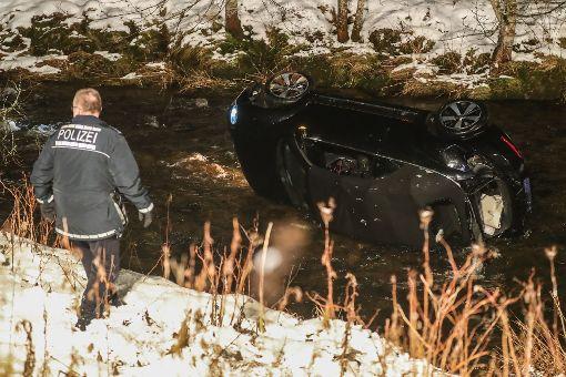 Bei einem schweren Unfall zwischen Vöhrenbach und Hammereisenbach (Schwarzwald-Baar-Kreis) ist ein Auto in ein Fluss gestürzt.  Foto: Marc Eich